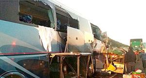 Camión de pasajeros de la línea Ómnibus de México choca por alcance a un tráiler que transportaba treinta toneladas de varilla metálica para la construcción en la carretera Gómez Palacio-Durango.