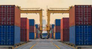 En todo EU, las empresas se están esforzando para buscar formas de responder al aumento de los aranceles a los productos extranjeros en su cadena de suministro.